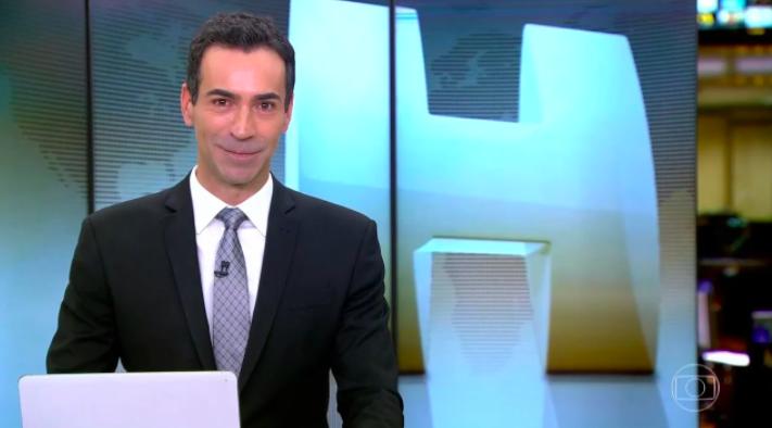 """Cesár Tralli no comando do """"Jornal Hoje"""" da Globo (Reprodução)"""
