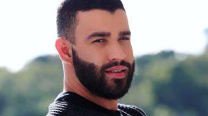 Gusttavo Lima surgiu usando aliança em vídeo e criou suspeitas nos fãs (Foto: Reprodução)