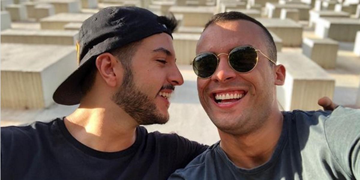 Jornal Nacional: Matheus Ribeiro ao lado do ex-namorado (Foto: Reprodução)