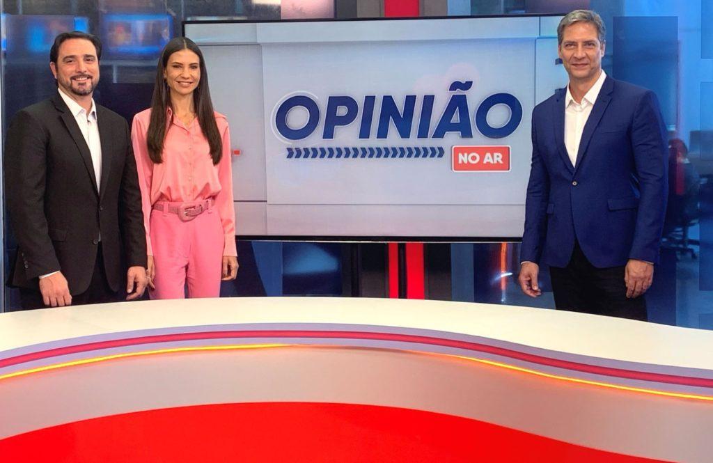 Ernesto Lacombe comanda o programa Opinião no ar na RedeTV! (Foto: Divulgação)