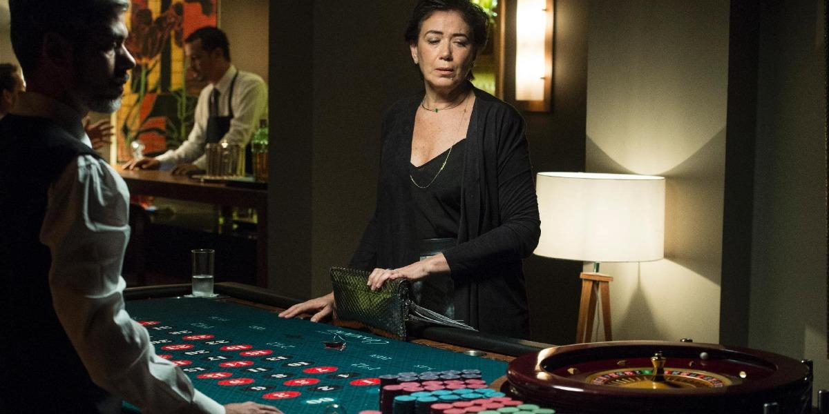 Silvana em mesa de pôquer em A Força do Querer (Foto: Reprodução)