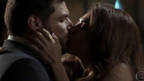Caio e Bibi se beijam em cena da novela A Força do Querer