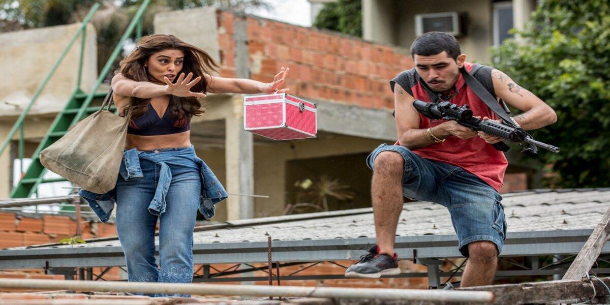 Bibi empurra traficante armado em laje de favela na novela A Força do Querer