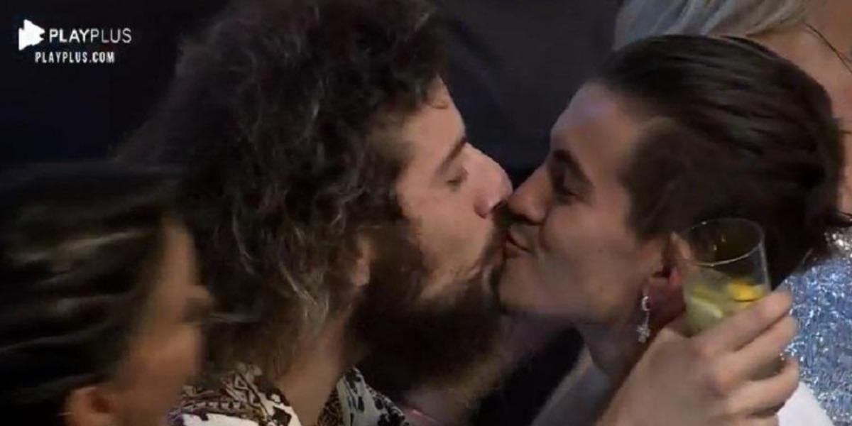 Momento em que Cartolouco e Biel se beijaram em A Fazenda 12 (Foto: Reprodução)