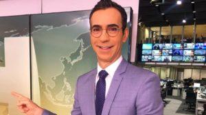 """Cesar Tralli nos bastidores do """"Jornal Hoje"""", da TV Globo (Foto: Reprodução/Instagram)"""