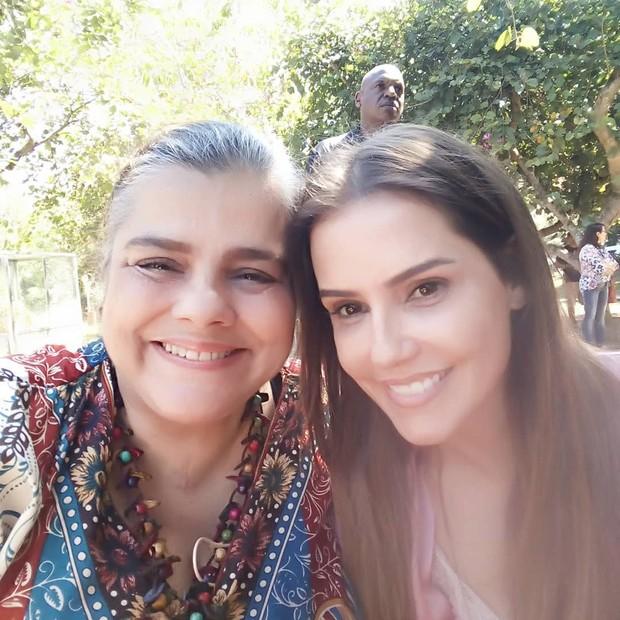 """Christina Rodrigues e Deborah Secco nos bastidores de """"Segundo Sol"""" (Foto: Reprodução)"""