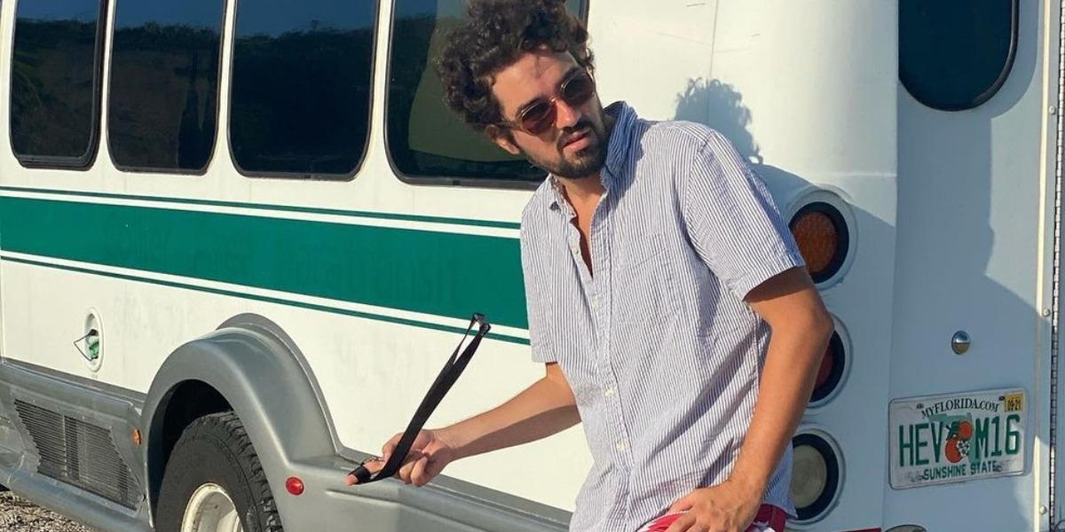 Eduardo Caldas e seu trailer (Foto: Reprodução)