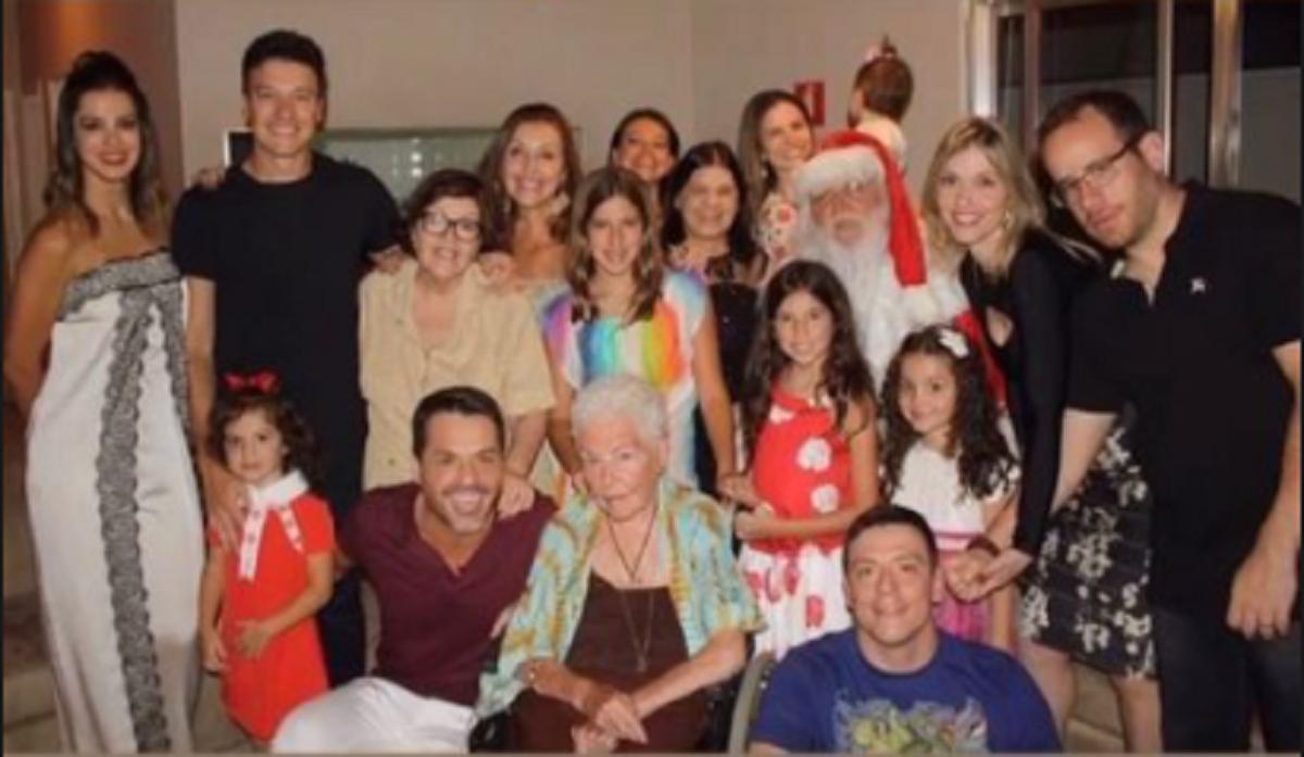 Rodrigo Faro com a família reunida (Foto: Reprodução) Record