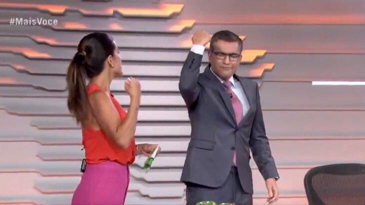 Hélter Duarte e Carol Barcellos comemoram chegada de coxinhas no Bom Dia Brasil (Foto: Reprodução)