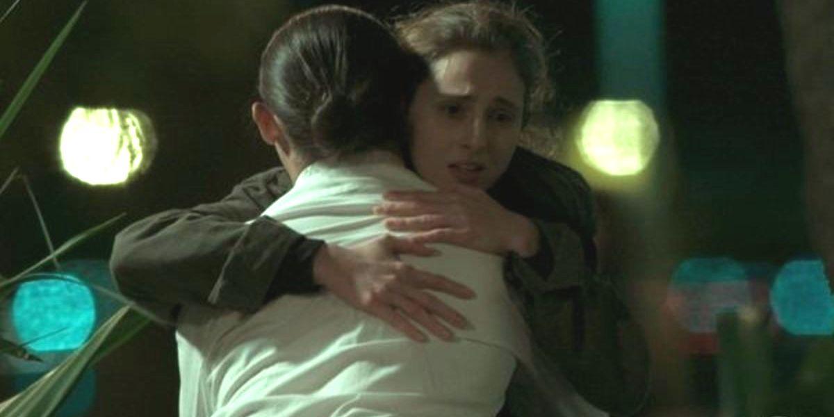Ivana abraça Nonato em cena a noite de A Força do Querer