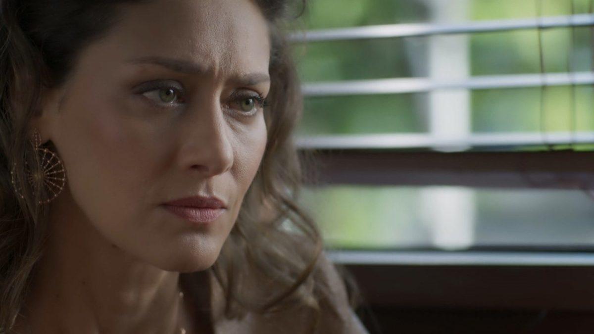 Cena de A Força do Querer com Joyce, mulher branca, cabelos castanhos cacheados e de olhos verdes