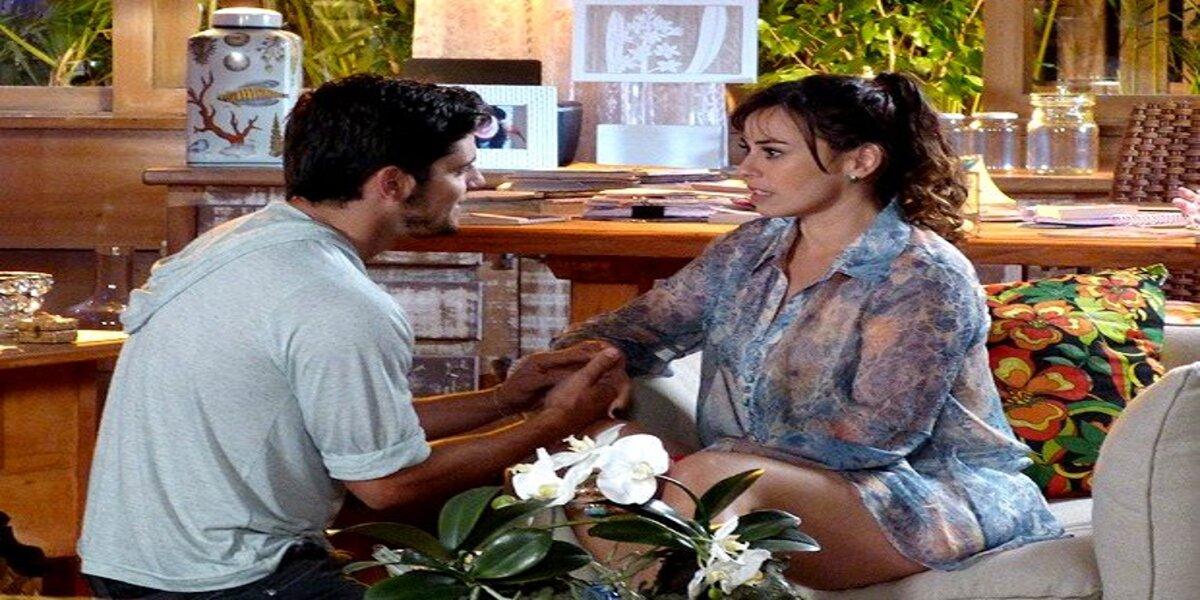 Juliano pega Natália de surpresa em Flor do Caribe