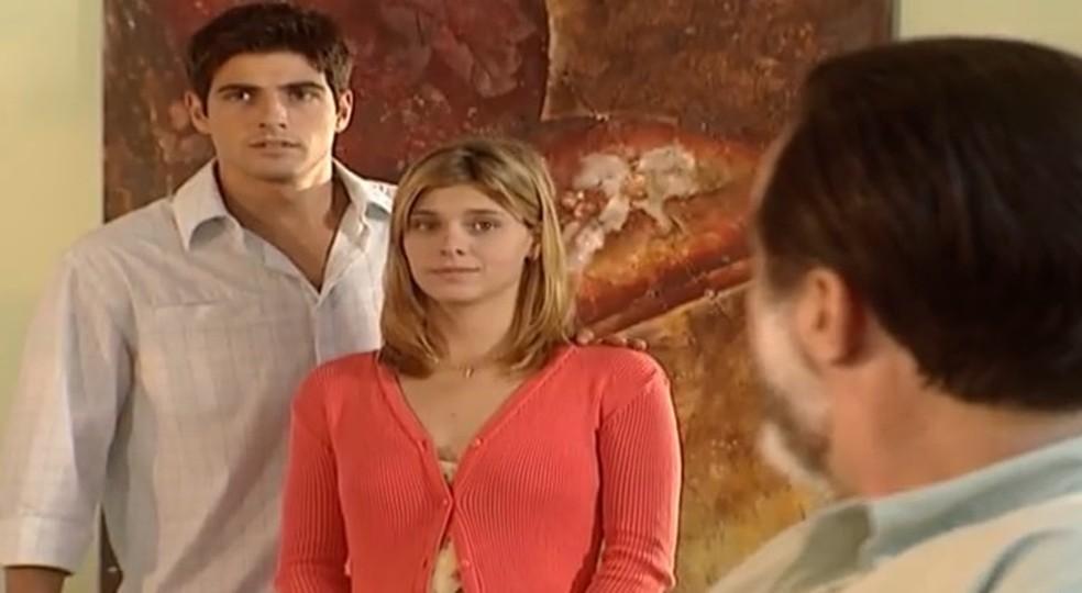 Edu e Camila entram no restaurante em Laços de Família