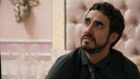 Leozinho de Haja Coração usa camisa social e gravata escuras