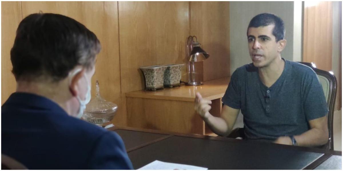 Marcius Melhem fala com Roberto Cabrini na Record - Foto: Reprodução