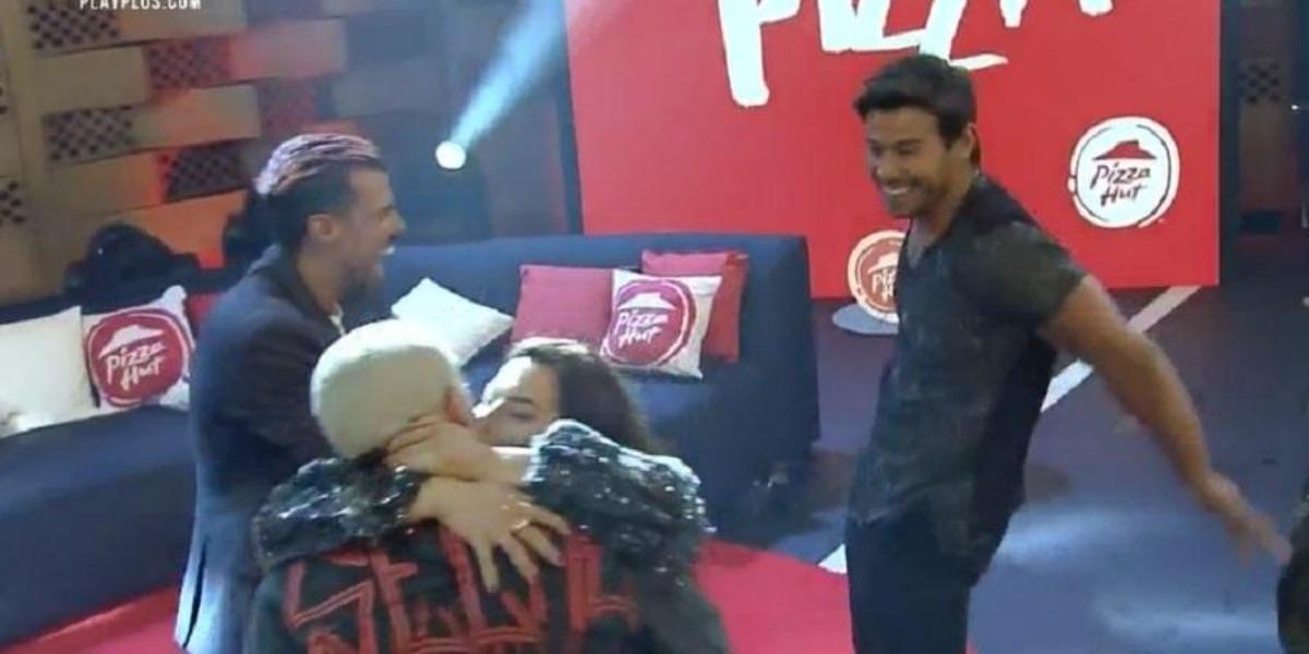 Mariano conversando com Lipe Ribeiro na festa de A Fazenda 12 (Foto: Reprodução)