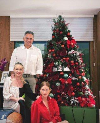 Marina Ruy Barbosa ficou distante do marido em pleno Natal