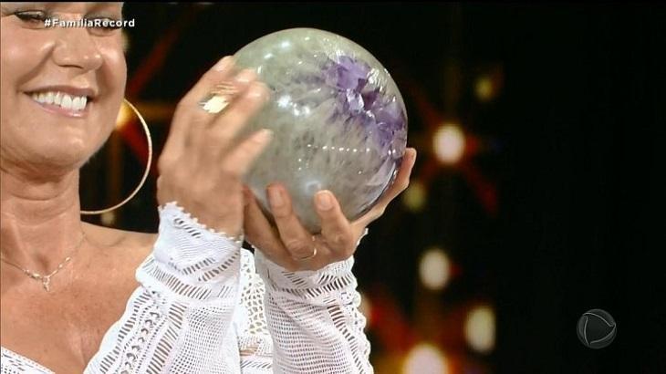 Xuxa e a sua pedra energizante (Foto: Reprodução)