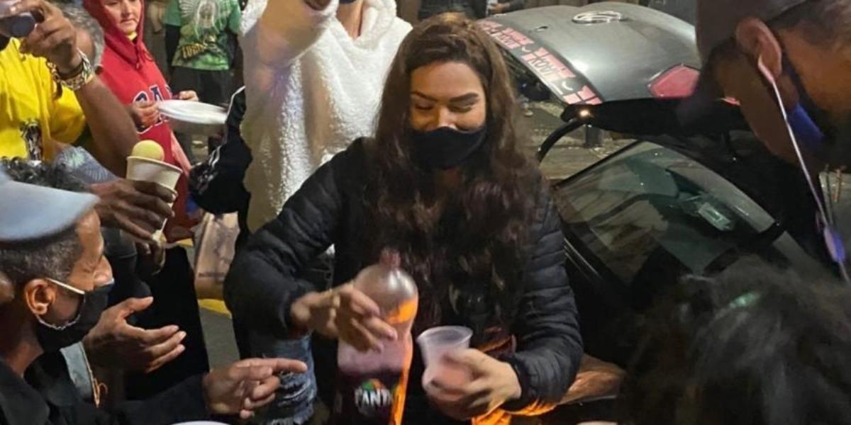 Raissa Barbosa alimentando os moradores de rua em São Paulo (Foto: Reprodução)