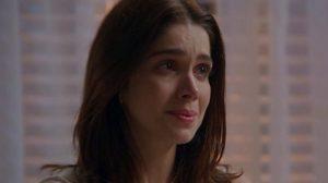 Shirlei, mulher branca dos cabelos lisos castanhos escuros, tem expressão de choro em Haja Coração