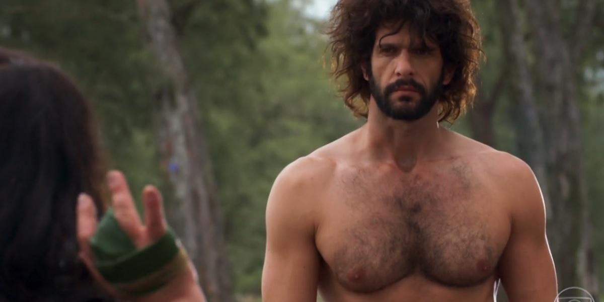 Tarzan de Haja Coração, homem branco, cabelos grandes castanhos e barba grossa