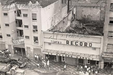 Incêndio atingiu o Teatro Record e estúdio da Globo em 1969 (Foto: Divulgação/Record e Folhapress)