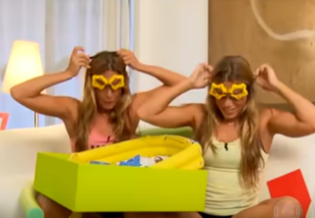 As Gêmeas Bia e Branca Feres recebera no Amigo Secreto um kit piscina (Foto: Reprodução)