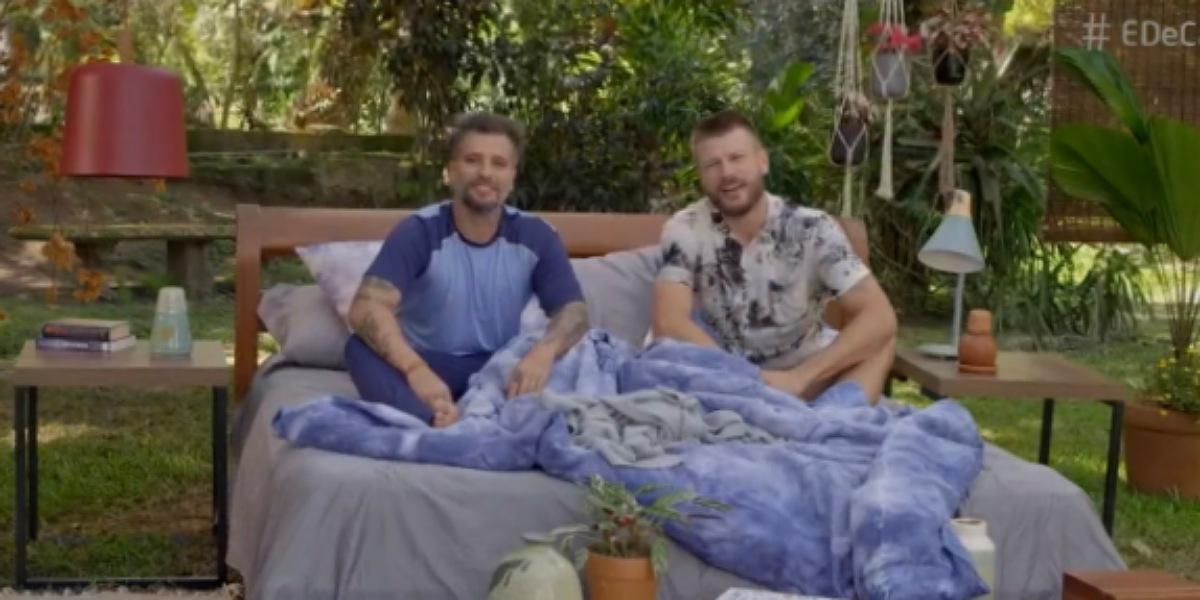 Bruno Gagliasso surge na cama com Rodrigo Hilbert no É de Casa e assunto vai parar nos mais falados no país (Foto: Reprodução/ Globo)