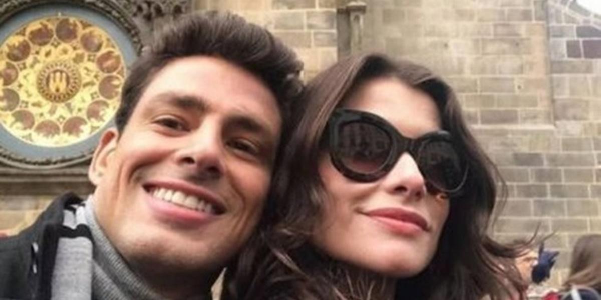 Cauã Reymond e Alinne Moraes nos bastidores da novela (Foto: Reprodução)
