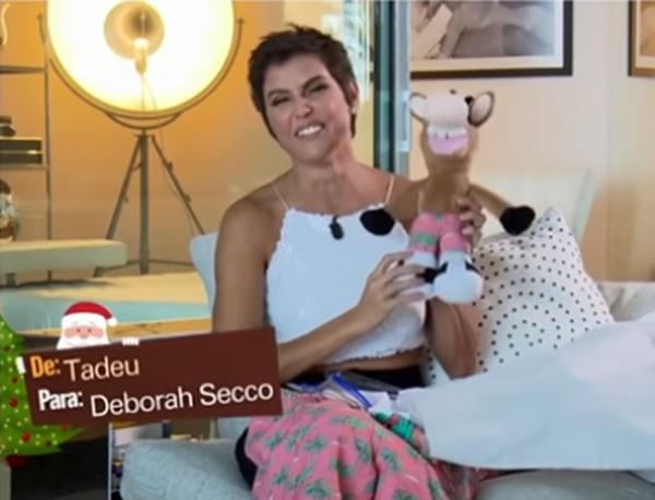 Deborah Secco e o seu mascote dos gols do Fantástico (Foto: Reprodução)