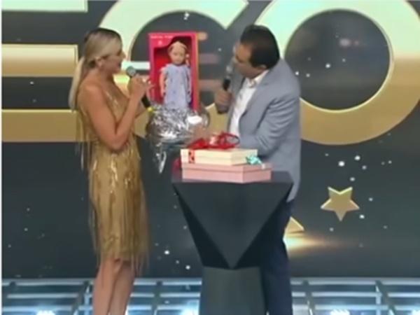 Ticiane Pinheiro recebeu boneca de presente na Record (Foto: Reprodução)