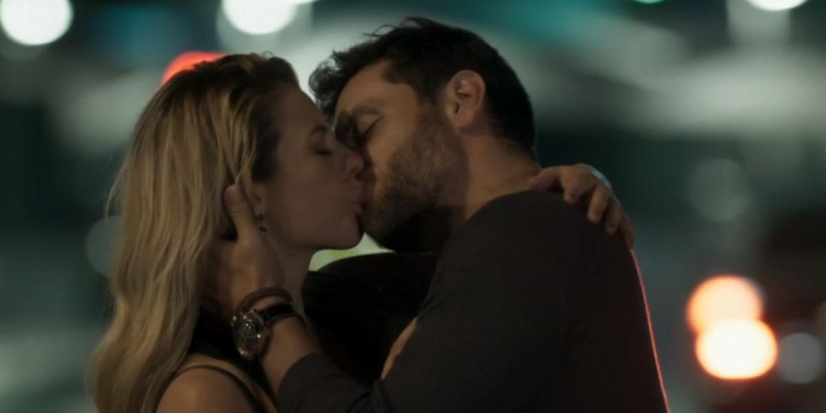Jeiza e Caio se beijam após fim arrasador do namoro da policial (Foto: Reprodução)