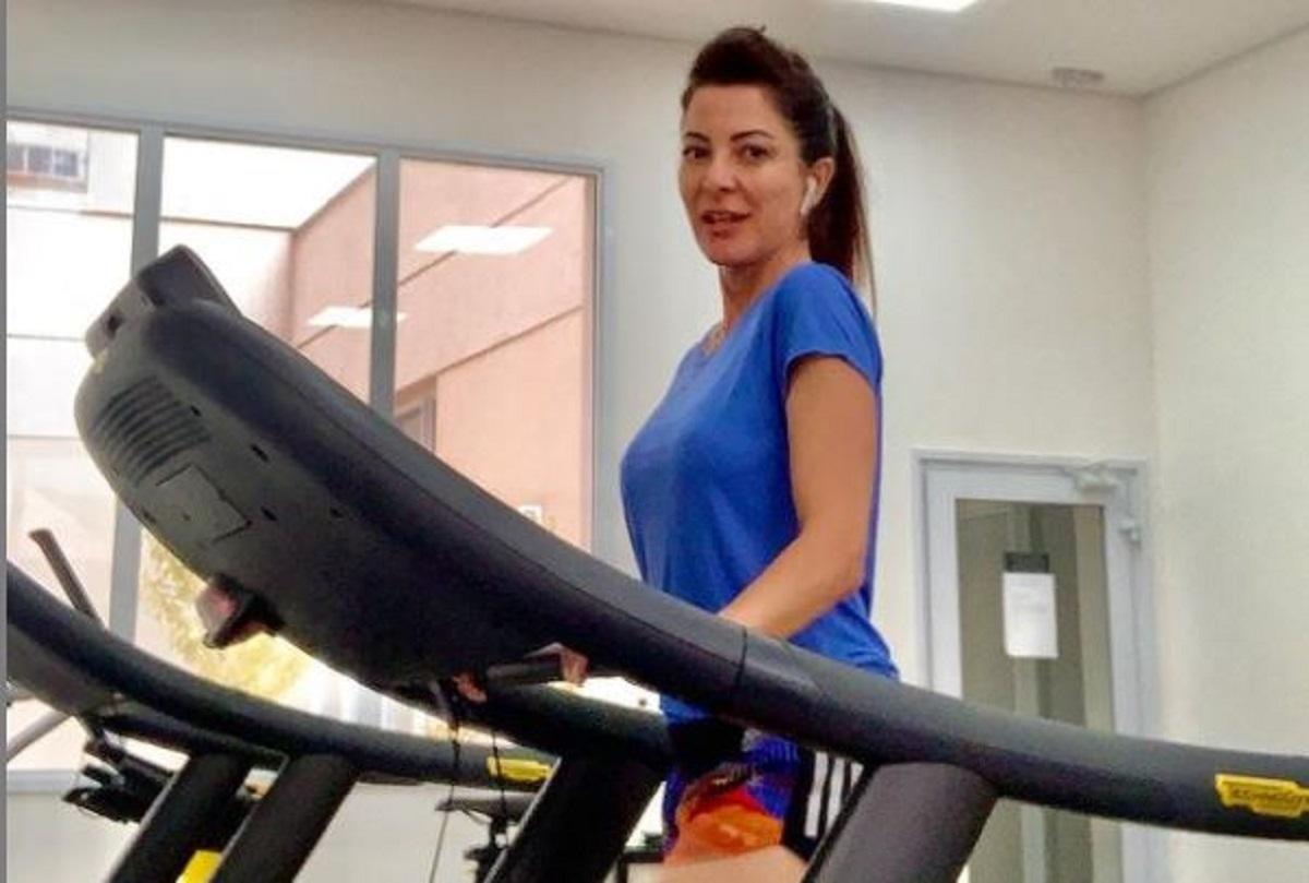 Ana Paula Padrão suando a camisa (Foto: Reprodução) Paola Carossella