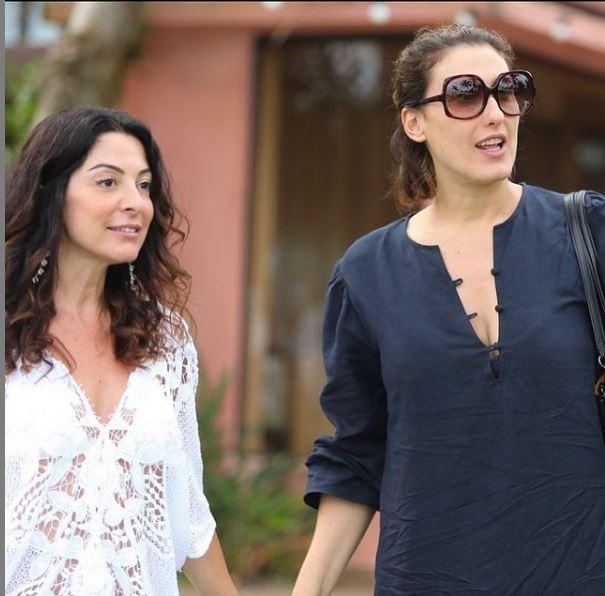 Ana fez homenagem após saída de Paola Carossella da Band e surgiu de mãos dadas com a amiga, após assumir que vai sentir muita falta (Foto: Reprodução)