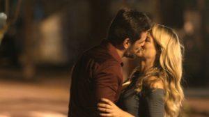 Caio e Zeca dão beijo em A Força do Querer - Foto: Reprodução