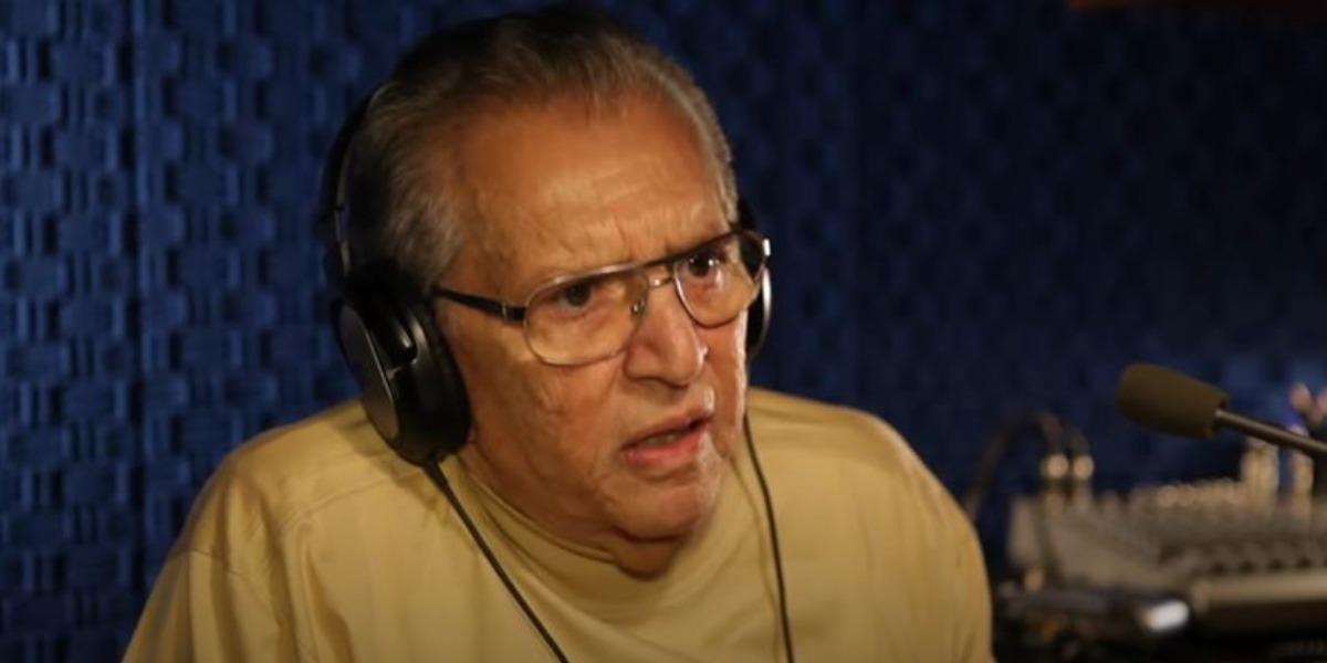 """Carlos Alberto de Nóbrega apresenta o programa """"A Praça é Nossa"""" no SBT (Foto: Reprodução/YouTube)"""