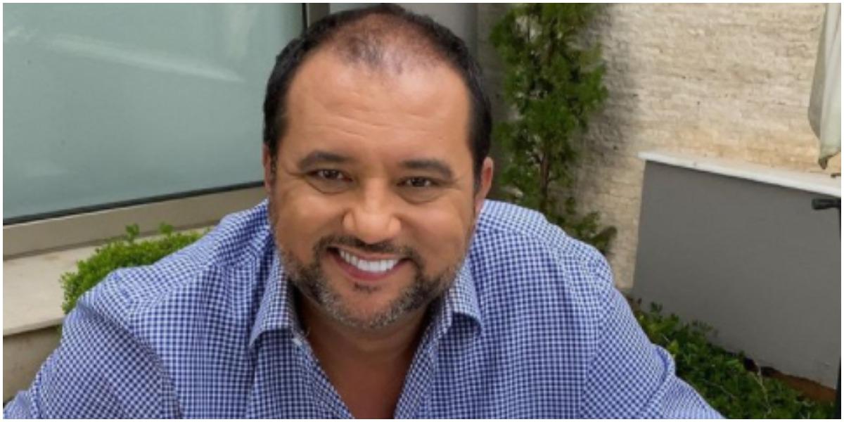 Geraldo Luís expõe presente que recebeu da família Abravanel (Foto: Reprodução)