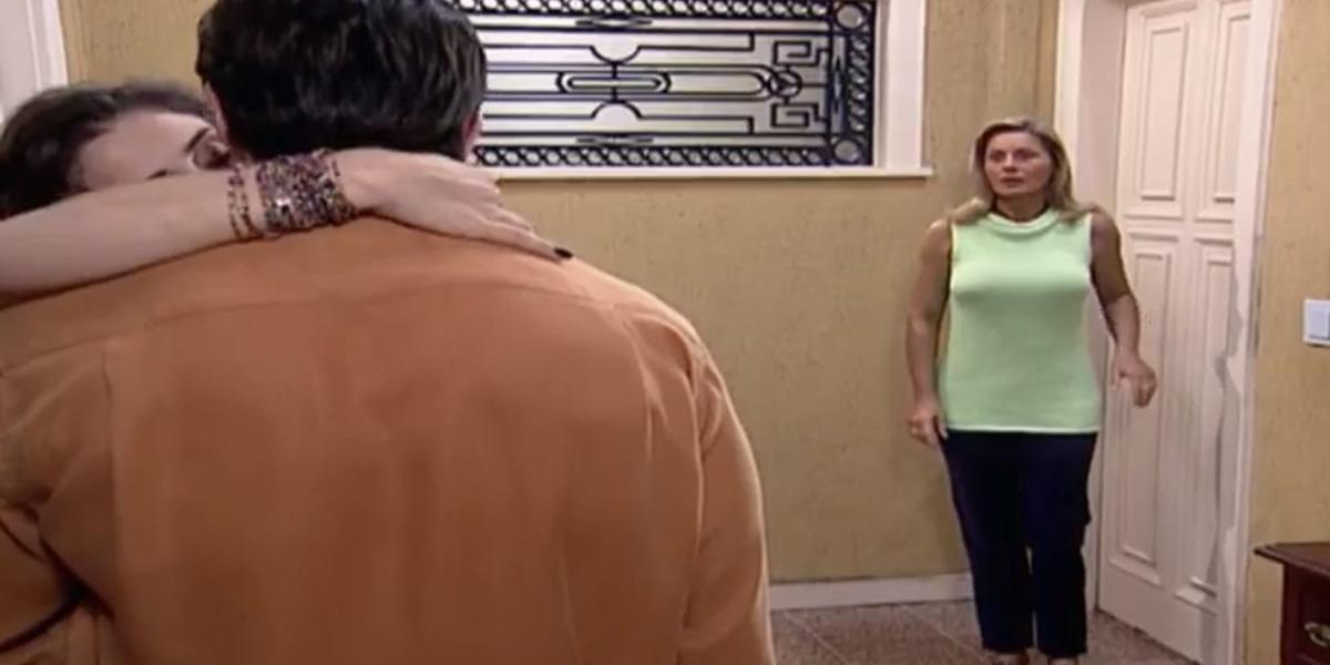 Helena flagra Capitu aos beijos com Fred (Foto: Reprodução)