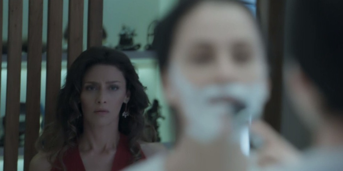 Joyce flagra Ivana tirando a barba (Foto: Reprodução)