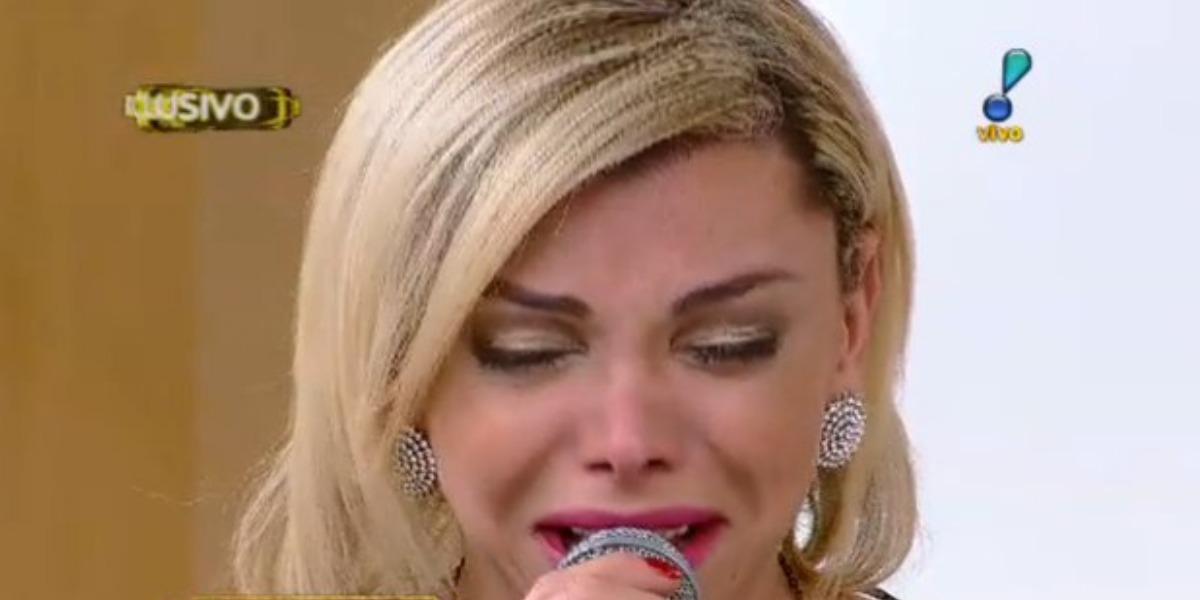 Léo Áquilla chorou ao vivo (Foto: Reprodução/RedeTV!)