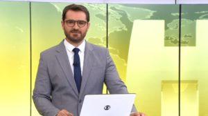 "Marcelo Cosme na bancada do ""Jornal Hoje"" (Foto: Reprodução/TV Globo)"