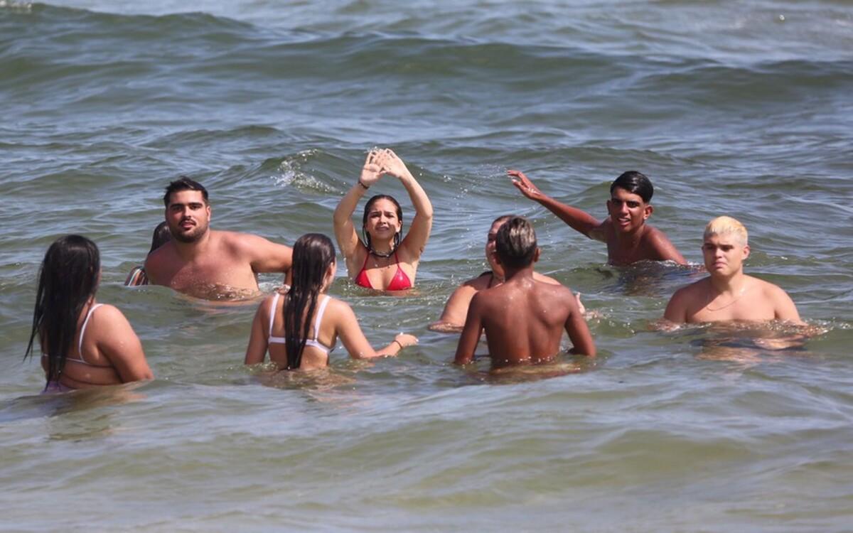 Mel Maia e amigos na praia (Dilson Silva - AgNews)