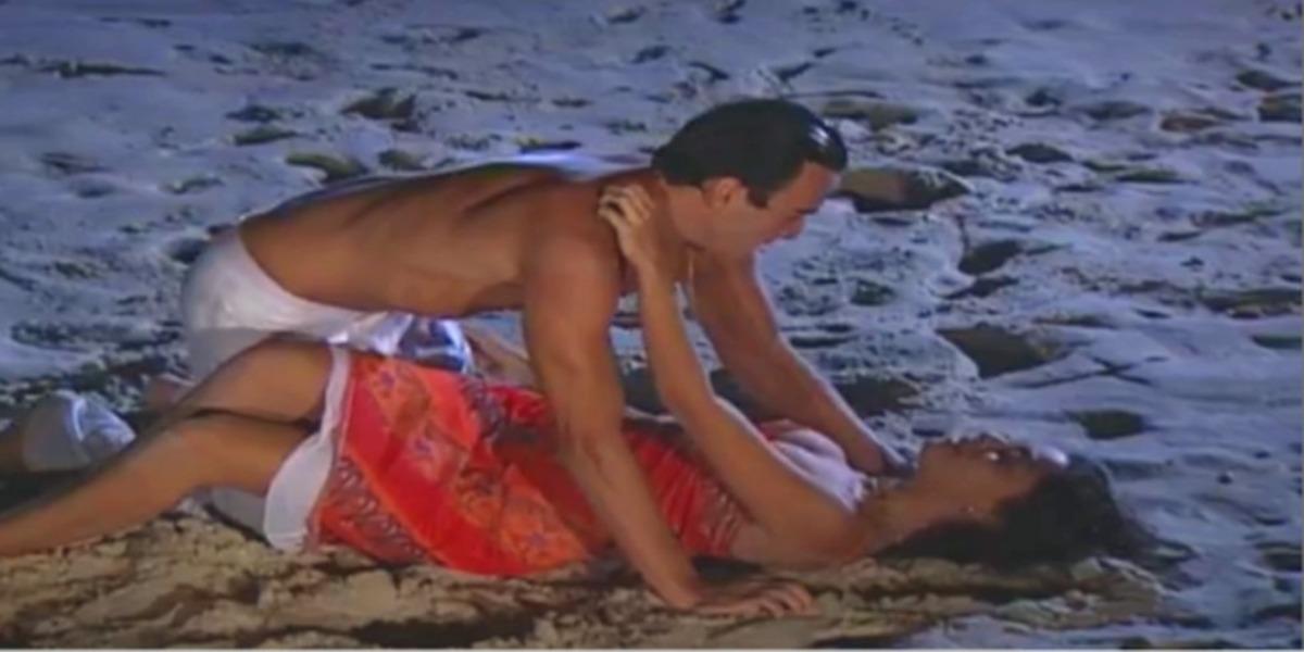 Ritinha e Danilo em noite de amor na praia (Foto: Reprodução)