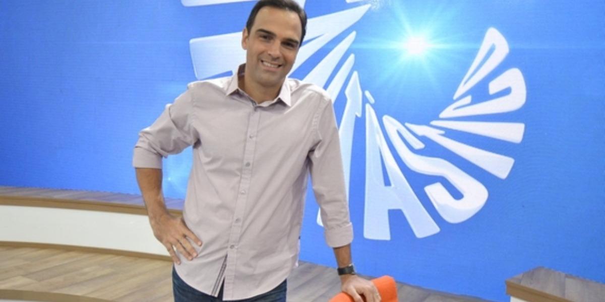 Tadeu Schmidt no comando do Fantástico (Foto: Reprodução)