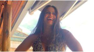 Viviane Araújo posa com maiô cavado e deixa público chocado (Foto: Reprodução)