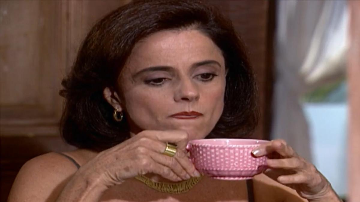 Alma, depois de ajudar Rita, se estressará com a empregada em Laços de Família (Foto: Reprodução/ Globo)