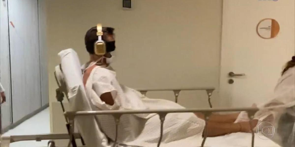 Arthur precisou deixar a casa do BBB21 e ser levado a um hospital (Foto: Reprodução / TV Globo)