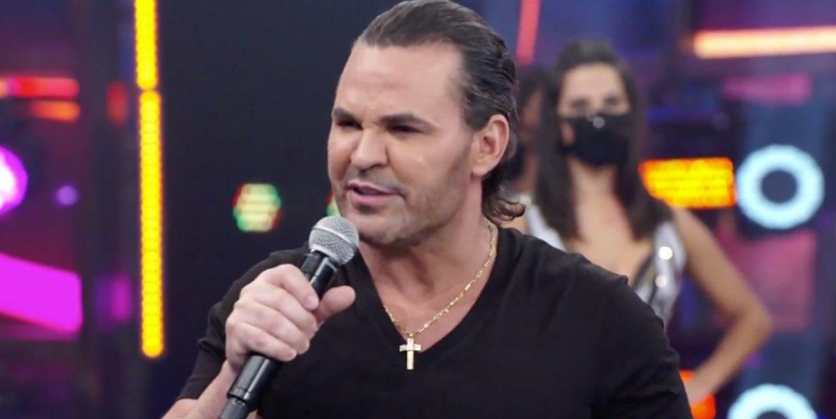 Eduardo Costa voltou a causar após discutir com assistente de palco de Faustão (Foto: Reprodução/ GloboPlay)
