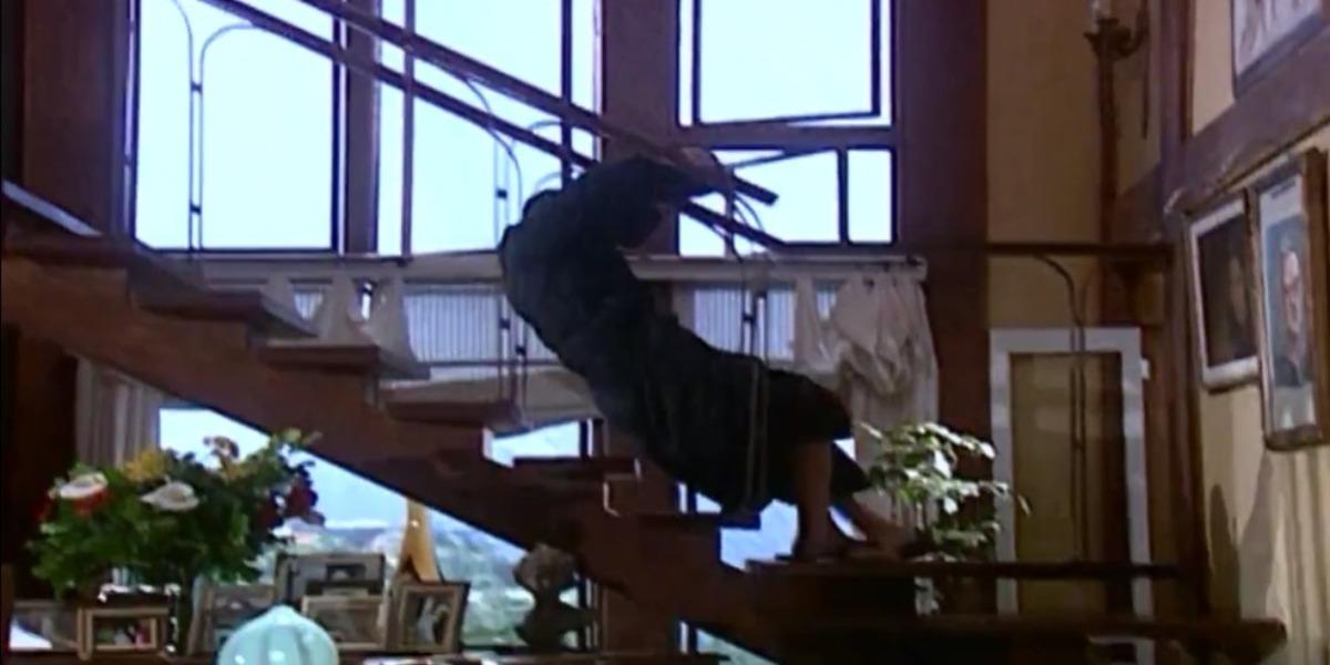Danilo caindo da escada após receber a notícia da gravidez (Foto: Reprodução)