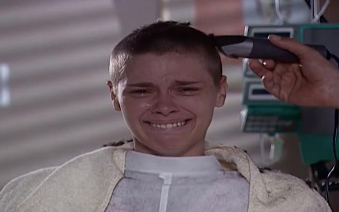 Camila raspará a cabeça após notar a queda de cabelo em Laços de Família (Foto: Reprodução/Globo)